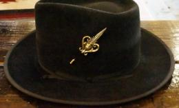 16GHP-007BS : HAT&LAPELPIN FEATHER & SKULL